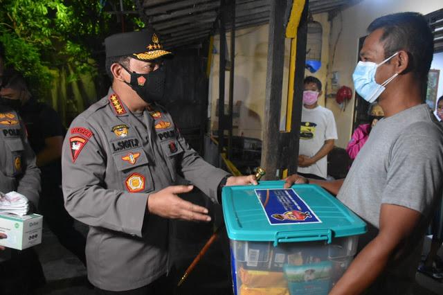 Kapolri membagikan sembako kepada salah satu pedagang Hik di Kota Solo
