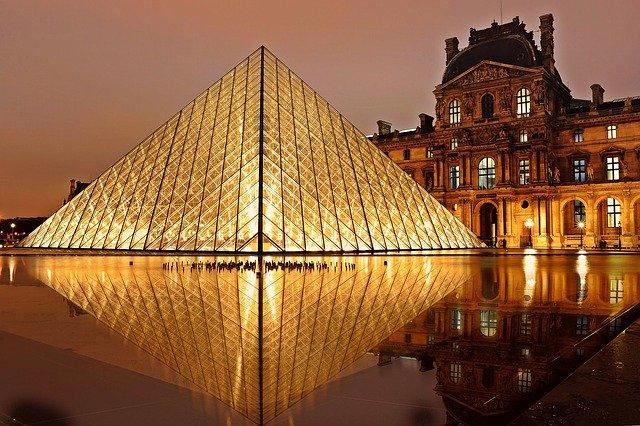 Pyramide du Louvre - expositions virtuelles au Louvre