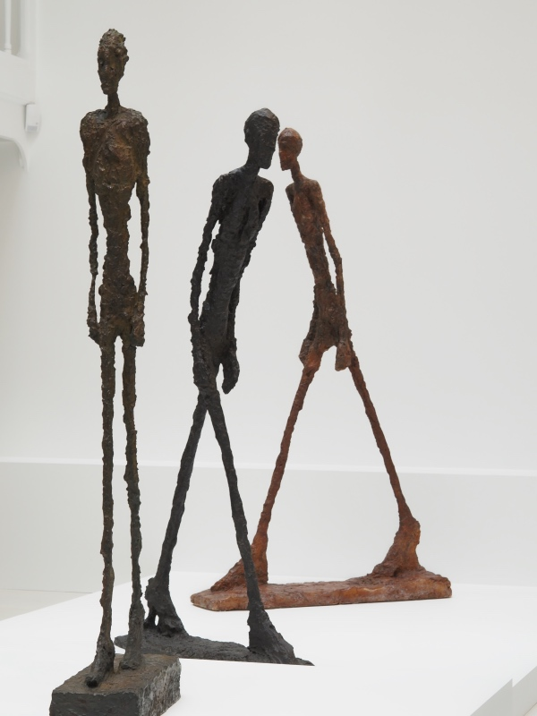 Trois sculptures de l'homme qui marche exposition de la Fondation Giacometti Paris