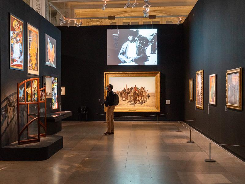 visiteur devant exposition orsay