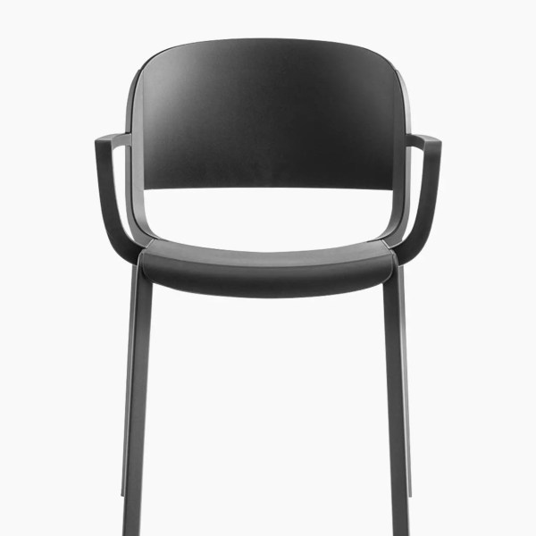 Chaises DOME 265 - Lot de 4 ---- Designé par Odo Fioravanti, Dome est une collection d'assises qui évoque la tradition glorieuse des chaises de bistrot avec des silhouettes arquées et les formes généreuses des dômes des monuments qui embellissent de nombreuses villes du monde. Fauteuil en polypropylène avec des détails délicats qui rappellent les joints du bois.