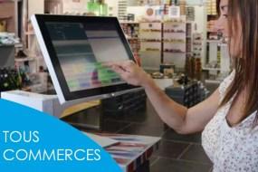 une commercante utilise le logiciel de caisse tous commerces phimag sur un ecran tactile