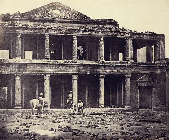 நவம்பர் 1857-ல் பிரிட்டிஷ் தாக்குதலில் சிதைந்த லக்னொ அரண்மனை