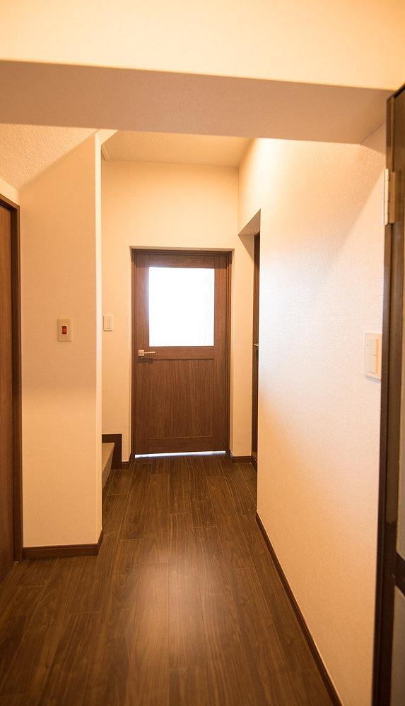 玄関から見た中扉