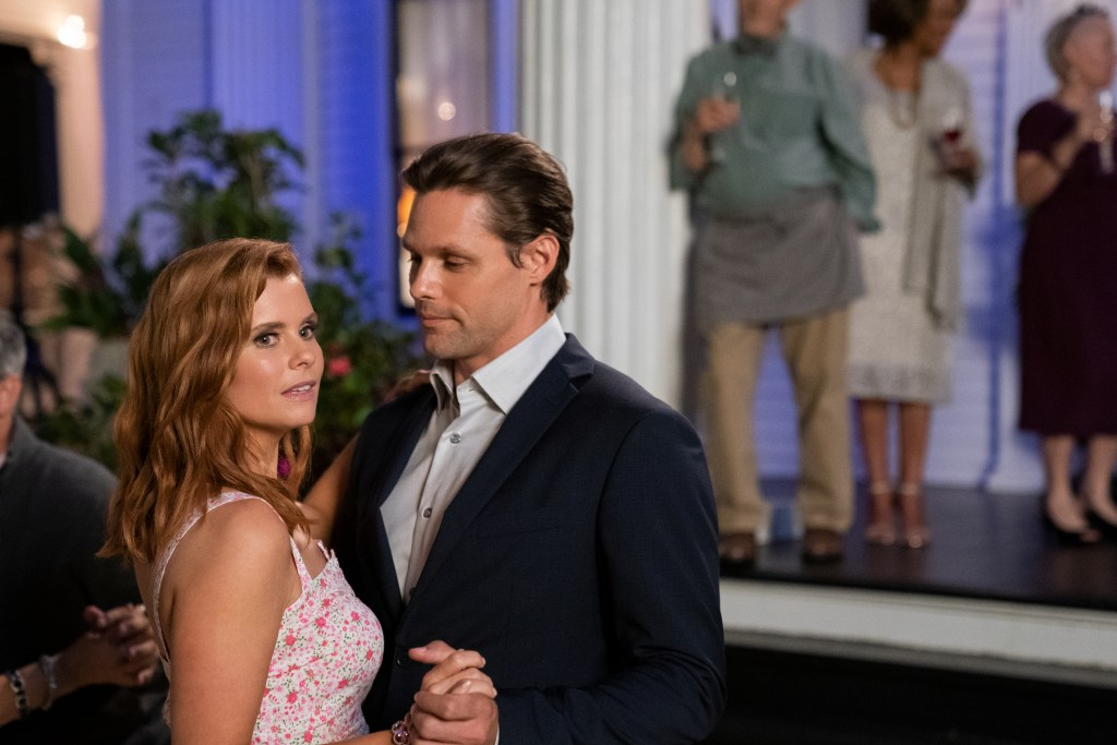 SWEET MAGNOLIAS (L TO R) JOANNA GARCIA SWISHER as MADDIE TOWNSEND and JUSTIN BRUENING as CAL MADDOX in episode 105 of SWEET MAGNOLIAS Cr. ELIZA MORSE/NETFLIX © 2020