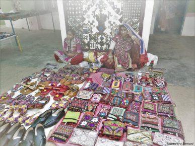 Tribals selling handicrafts in Gandhi nu Gaam, Ludiya Village