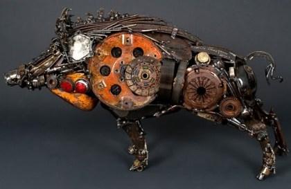 Escultura com sucata de carro antigo