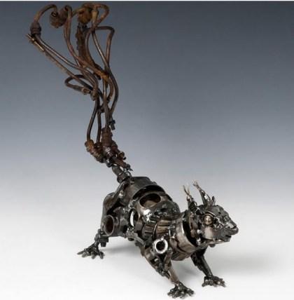 Escultura feita a partir de sucata de carros