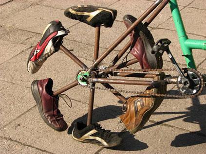 Bicicleta estranha com rodas de sapato