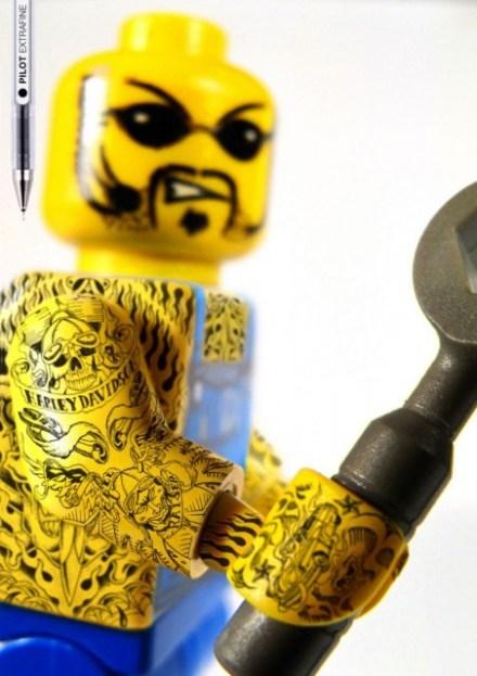 boneco de lego tatuado