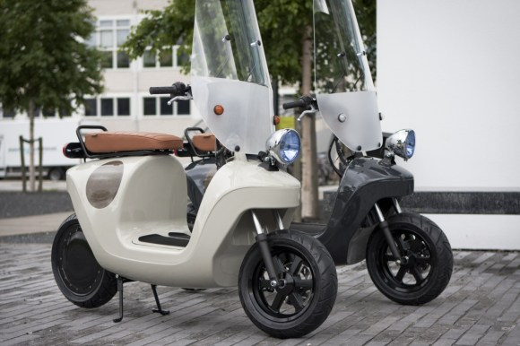 Be.e-frameless-biocomposite-electric-scooter-design-by-waarmakers-posing-together