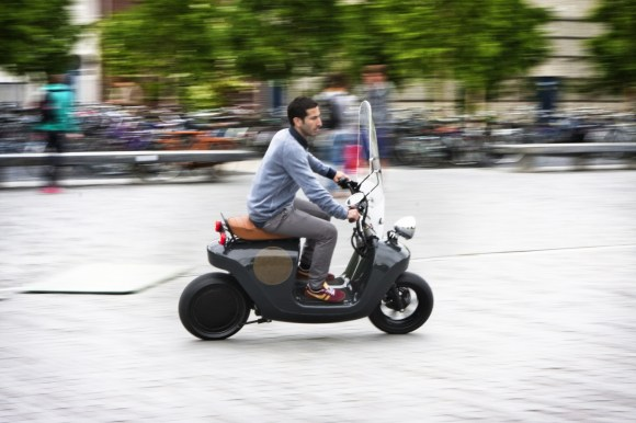 Be.e-frameless-biocomposite-electric-scooter-design-by-waarmakers-riding
