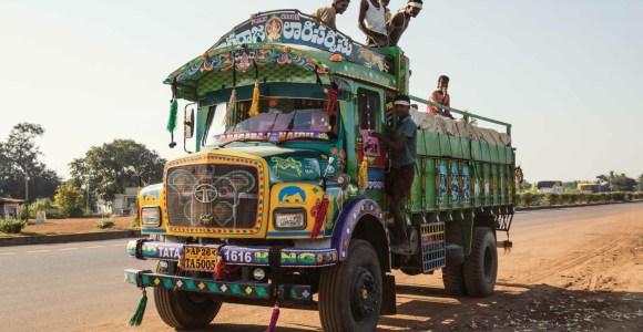 Pintados à mão, os caminhões indianos são obras de arte em movimento