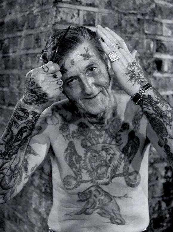 Pessoas mais velhas com tatuagem 13