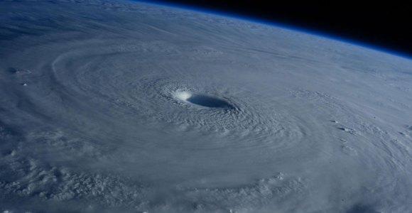Um tufão fotografado do espaço é uma das coisas mais estonteantes que já vi