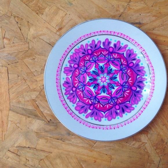 mandalas coloridas em pratos 10