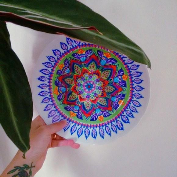 mandalas coloridas em pratos 13
