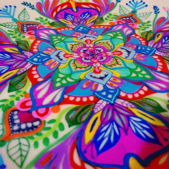 mandalas coloridas em pratos 14