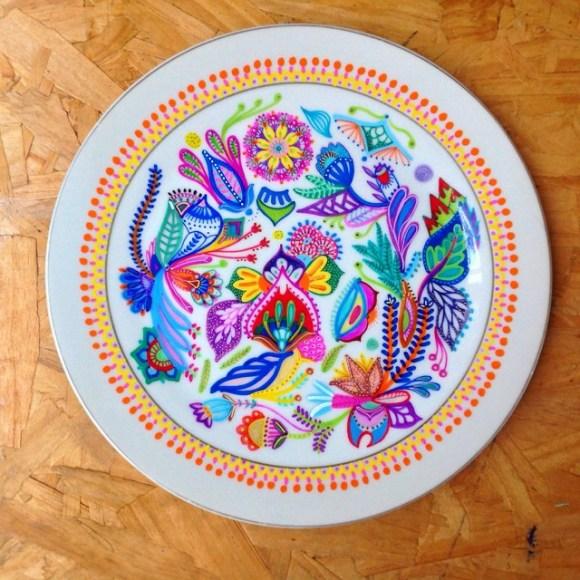mandalas coloridas em pratos 15