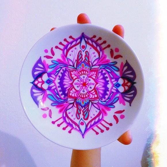 mandalas coloridas em pratos 20