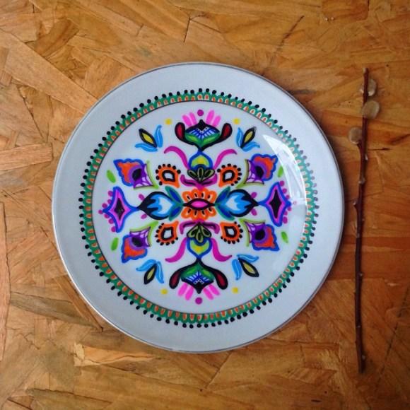 mandalas coloridas em pratos 6