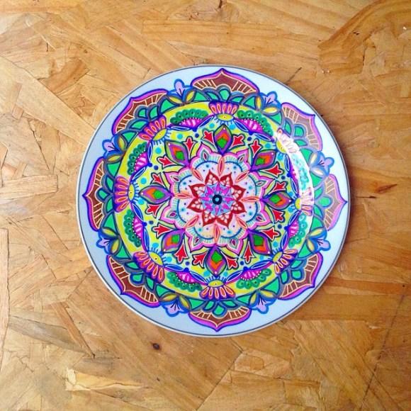 mandalas coloridas em pratos 8