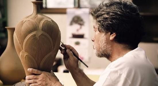 Este vídeo hipnotizante vai te fazer admirar os mestres que transformam argila em arte!