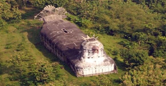 Em ruínas, misteriosa igreja em forma de galinha atrai turistas na Indonésia