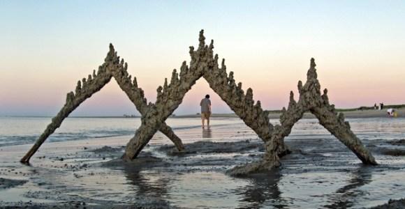 Ele cria as esculturas de areia mais simples e incríveis que já vi