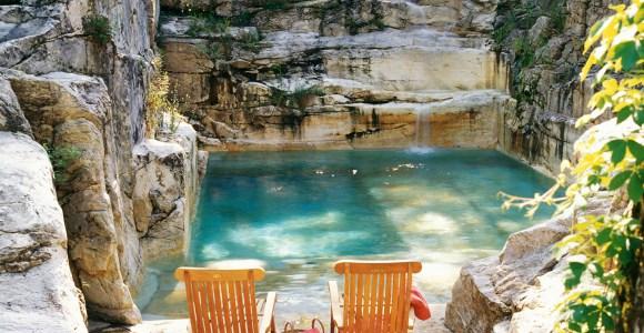 Encravada na rocha, esta incrível piscina foi construída em uma antiga pedreira