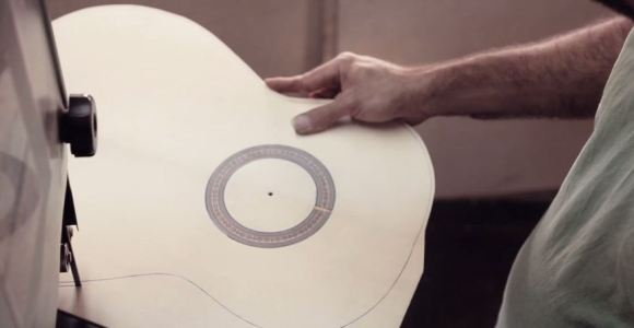 Assista ao encantador processo de produção artesanal de um violão
