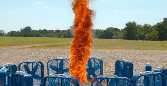 Eles criaram um impressionante tornado de fogo usando ventiladores