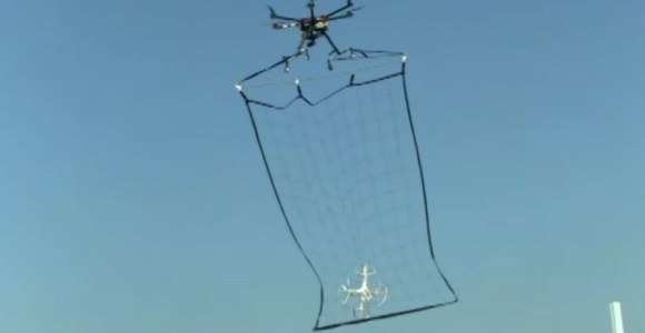 Você sabe que o futuro chegou quando um drone policial captura um drone espião em pleno voo