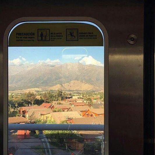 Cordilheira do Chile vista pela janela do metrô