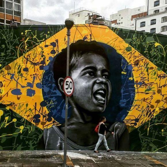 Mural com bandeira do Brasil e garoto no centro