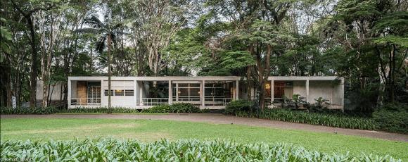 Casa vista pelo jardim - Fundação Oscar Americano