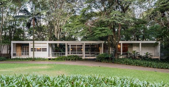 Visite essa casa modernista em meio a uma reserva ecológica em São Paulo