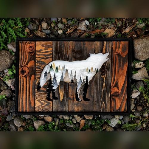 Lobo vazado com pinheiros nevados