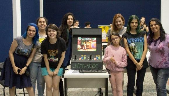 Meninas posando com arcade