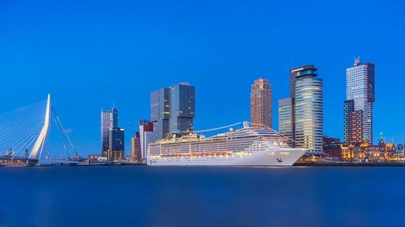 Rotterdam com prédios altos, ponte e cruzeiro