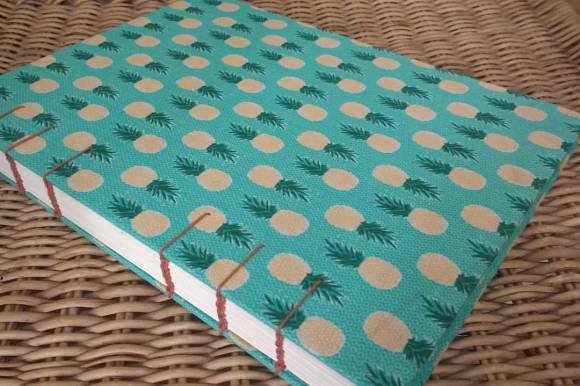 caderno com estampas de abacaxi
