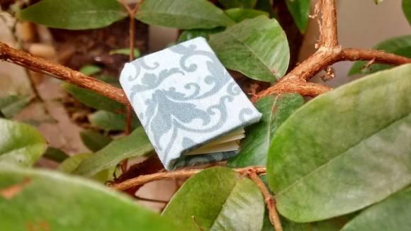 mini caderno no meio de folhas