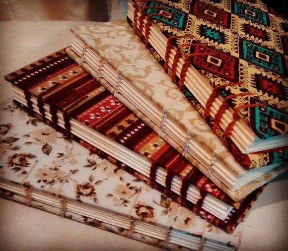 quatro cadernos com estampas empilhados