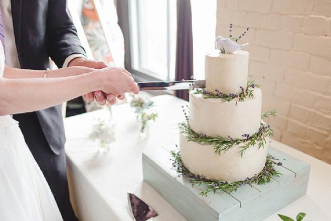 We're loving this simplistic wedding cake - so gorgeous!