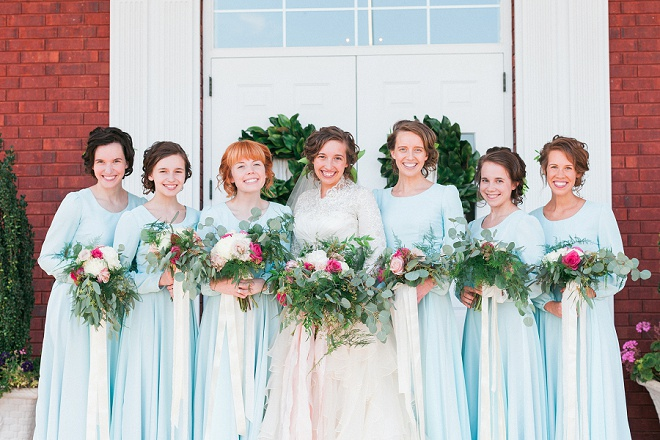 Loving this Bride and her sweet Bridesmaids in their turquoise dresses!