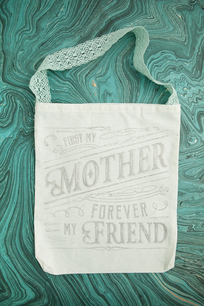 Use this crazy awesome freezer paper transfer technique to make this tote bag!