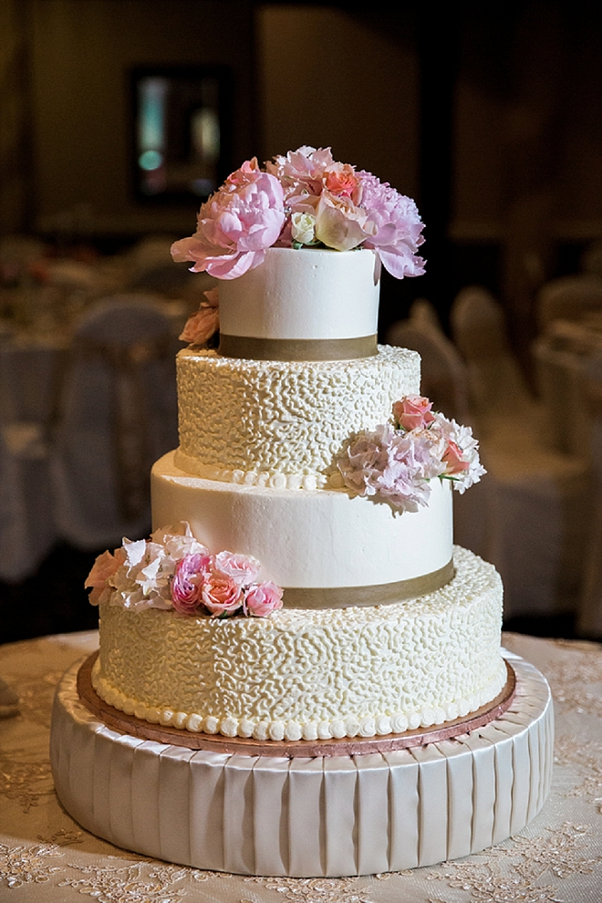 Swooning over this couple's gorgeous wedding cake!