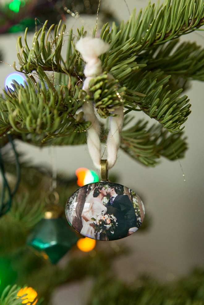 Learn how to make these darling mini-photo ornaments... great for wedding photos!