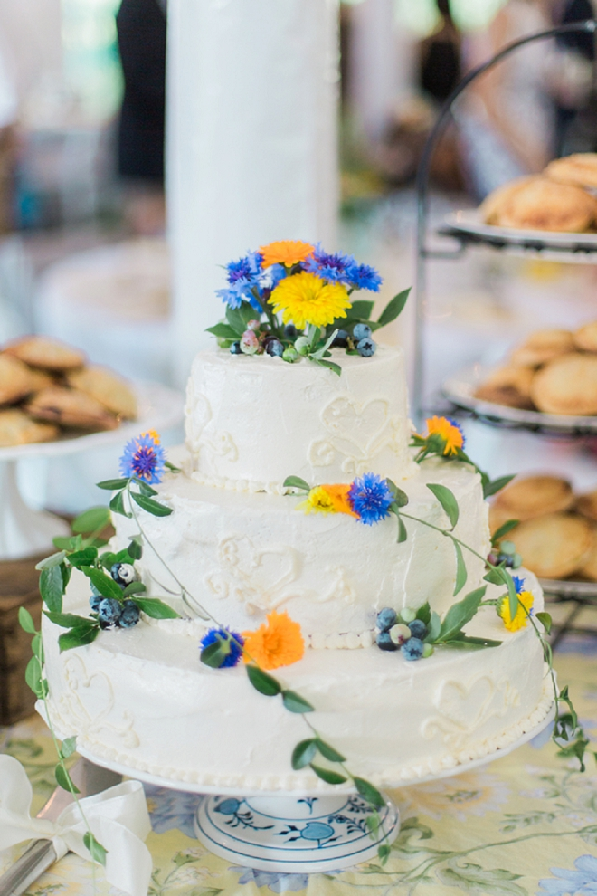 Check out this darling wild flower wedding cake!
