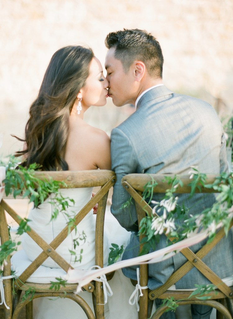 Cute wedding photo idea: a kiss over dinner after getting married.